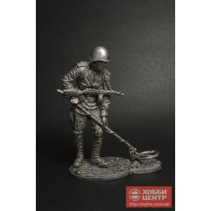 Рядовой сапёрных частей Красной Армии с миноискателем 1943-45 WWII-58