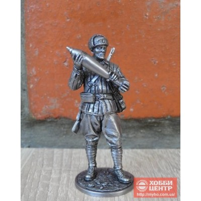 Красноармеец-миномётчик с миной к 120-мм полковому миномёту, 1941-43 гг. СССР WW2-67