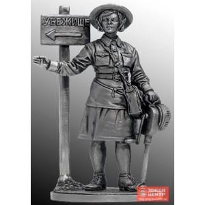 Девушка - инструктор МПВО с ручной сиреной, 1941-44 гг. СССР WWII-35